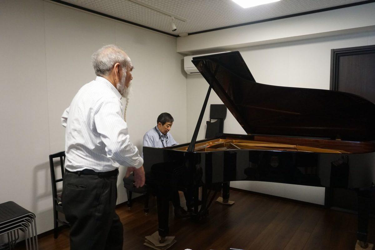 響きを確認しながらピアノの位置決めをしているところです