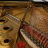 <スタジオのピアノの金属フレーム>
