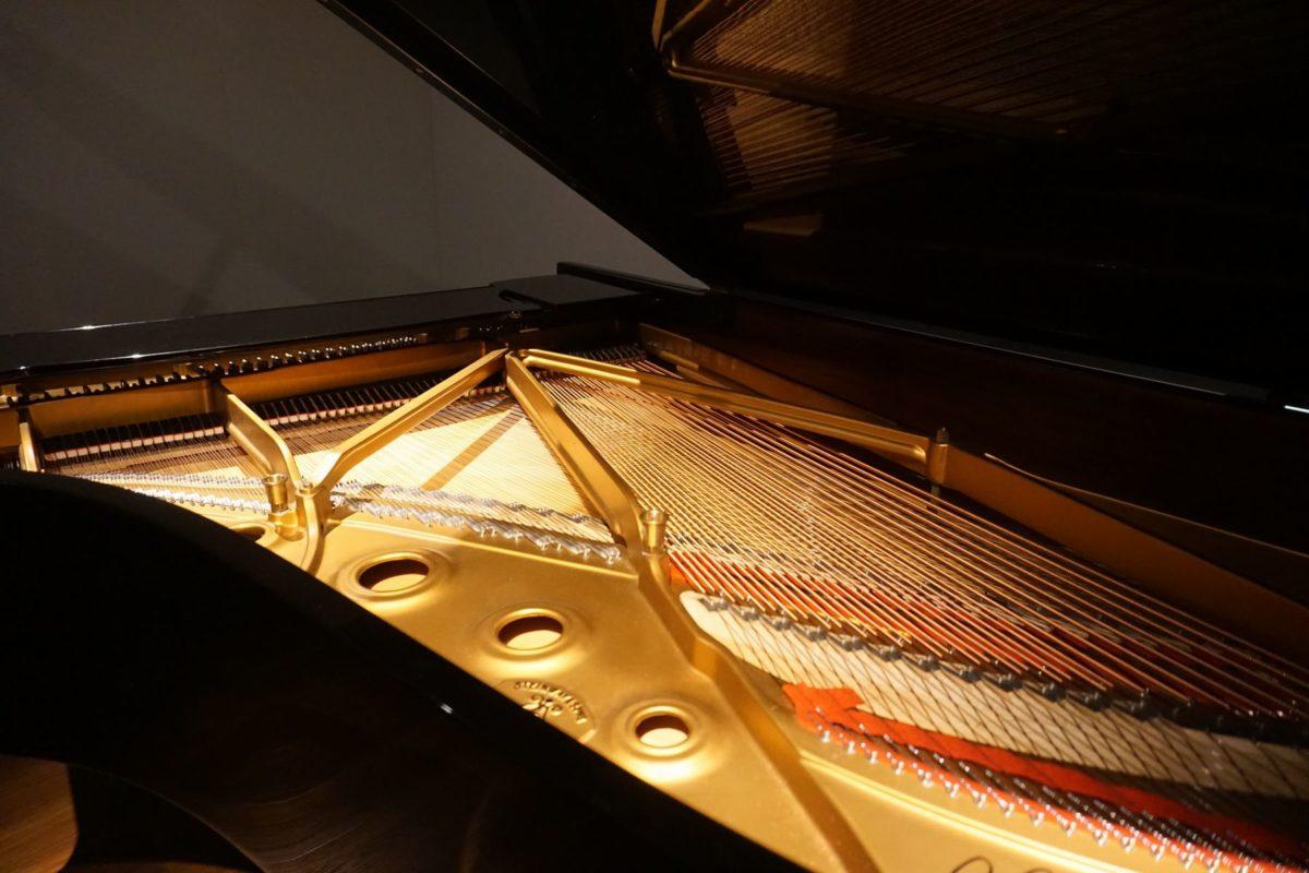 <スタジオのピアノ>