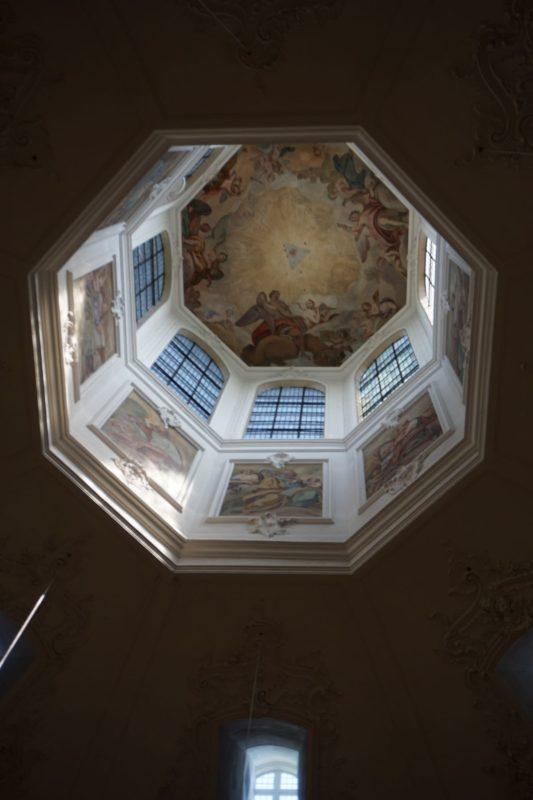 <八角形の美しい天井>