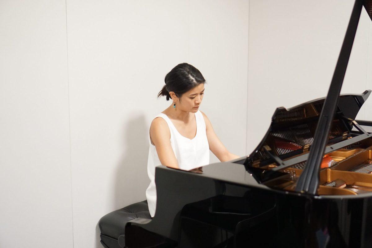 スタジオのピアノでシューベルトの最後のソナタを披露