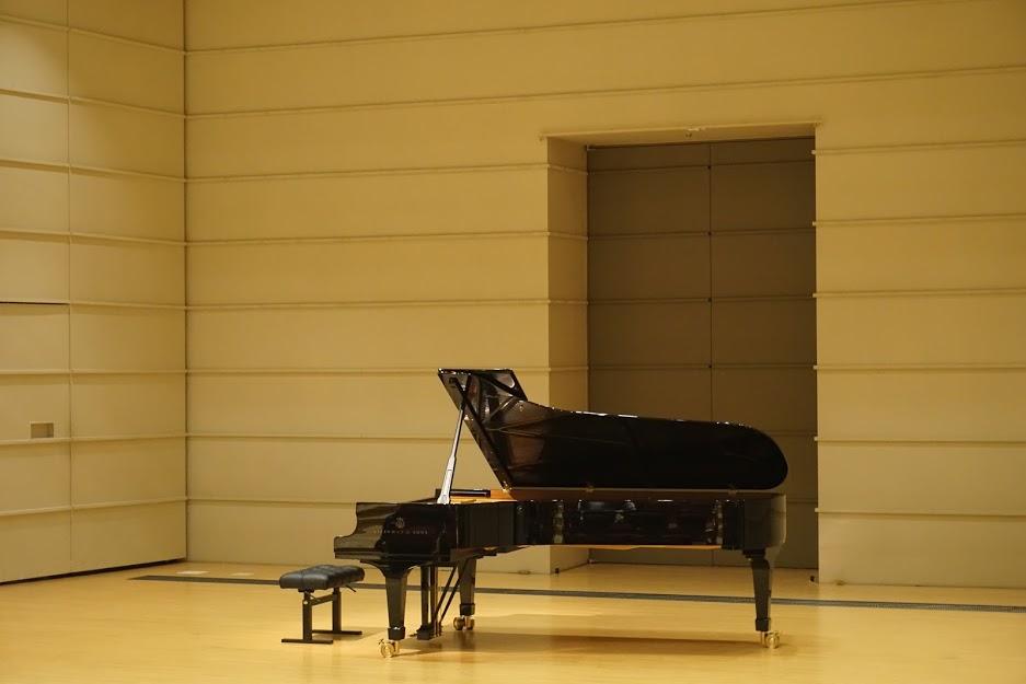 <ステージ上のピアノ>